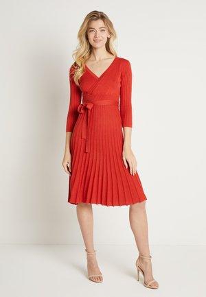 LUCILLECR DRESS - Strikkjoler - aurora red