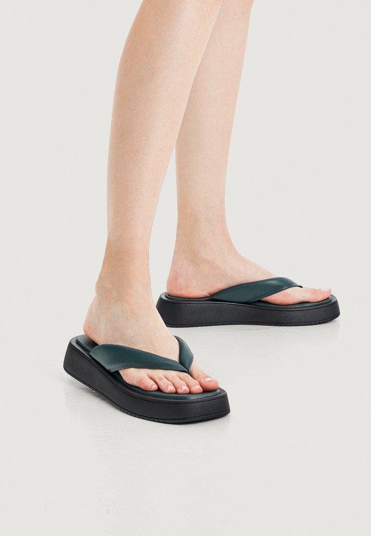 OYSHO - MIT PLATEAUSOHLE  - Sandály s odděleným palcem - green