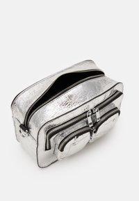 Núnoo - ELLIE COOLING - Sac bandoulière - silver - 2