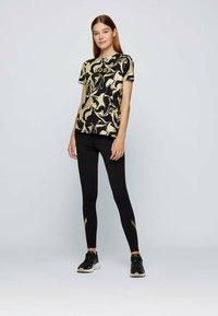 BOSS - C ELOGO GOLD ZAL - Print T-shirt - patterned - 1