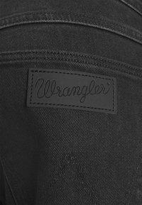 Wrangler - BRYSON - Skinny-Farkut - black track - 6