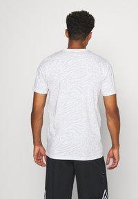 New Era - ALL OVER PRINT TEE NEW YORK YANKEES - Print T-shirt - white - 2
