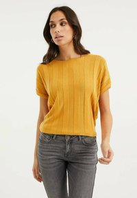 WE Fashion - MET VLEERMUISMOUWEN - Print T-shirt - ochre yellow - 0