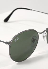 Ray-Ban - 0RB3447 ROUND METAL - Occhiali da sole - gunmetal/crystal green - 2