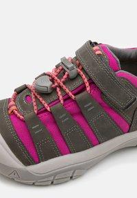 Keen - NEWPORT SHOE UNISEX - Hiking shoes - grey/very berry - 5