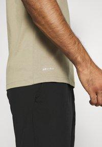 Nike Performance - DRY TEE CREW SOLID - Basic T-shirt - mystic stone/black - 3