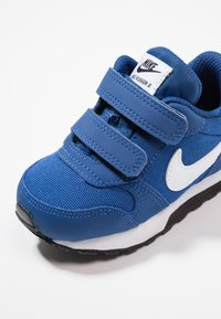 Nike Sportswear - MD RUNNER  - Sneakers laag - gym blue/white/black - 2
