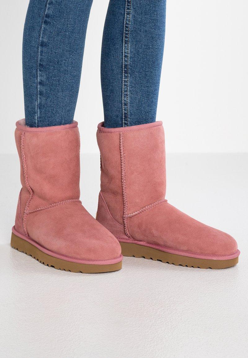 UGG - CLASSIC SHORT - Korte laarzen - pink dawn