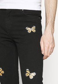Night Addict - BUTTERFLY - Jeans Tapered Fit - charcoal - 4
