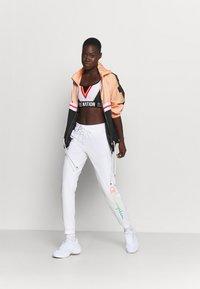 Champion - RIB CUFF PANTS - Verryttelyhousut - white - 1
