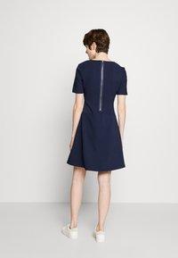 HUGO - NAREI - Jerseykjole - open blue - 2