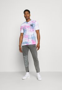 The Couture Club - COUTURE WAVE PRINT RELAXED JOGGER - Tracksuit bottoms - grey acid wash - 1