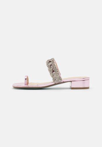 INDIE - T-bar sandals - rose