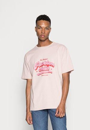 PROBLEM CHILD PRINT CREW NECK - Print T-shirt - light pink