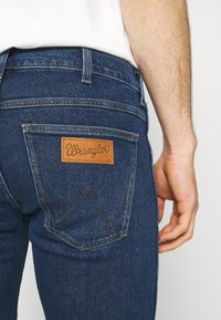 Wrangler - LARSTON - Jeans slim fit - blue denim - 5