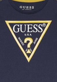 Guess - TODDLER CORE - Top sdlouhým rukávem - deck blue - 3