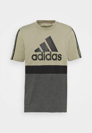 COLORBLOCK ESSENTIALS SPORTS - T-shirts print - orbit green/black