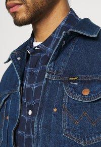 Wrangler - BRAD JACKET - Kurtka jeansowa - blue denim - 5