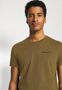 Champion - LEGACY CREWNECK - T-shirt basic - oilive - 3