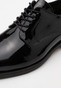 Selected Homme - SLHLOUIS DERBY SHOE - Smart lace-ups - black - 5