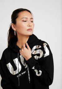 Guess - ISADORA FLEECE - Kapuzenpullover - jet black - 3