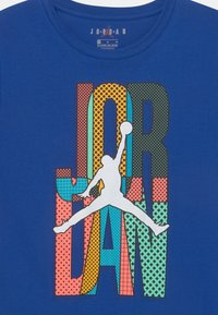 Jordan - MISMATCH STACK TEE UNISEX - T-shirt z nadrukiem - game royal - 2