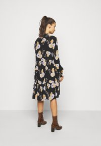 Pieces Petite - PCNADI  - Denní šaty - black/flowers - 2