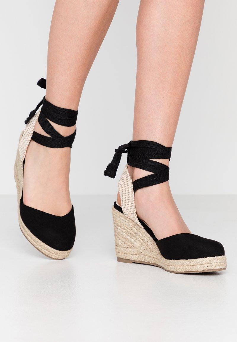 Lost Ink Wide Fit - ANKLE WRAP WEDGE  - Korolliset sandaalit - black