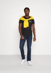 Tommy Hilfiger - CIRCLE CHEST TEE - T-shirt med print - black - 1