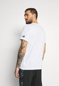 New Balance - GRAPHIC HEATHERTECH TEE - Print T-shirt - white - 2