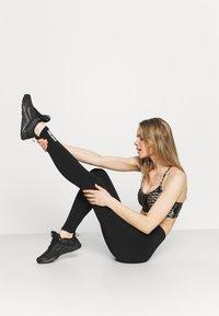 Smilodox - SEAMLESS LEGGINGS - Trikoot - schwarz - 3