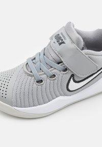 Nike Performance - TEAM HUSTLE QUICK 2 - Basketball shoes - light smoke grey/white/dark smoke grey - 5