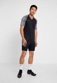 Nike Performance - T-shirt med print - black/wolf grey/anthracite - 1
