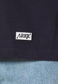 ARKK Copenhagen - BOX LOGO TEE - Basic T-shirt - maritime blue - 5