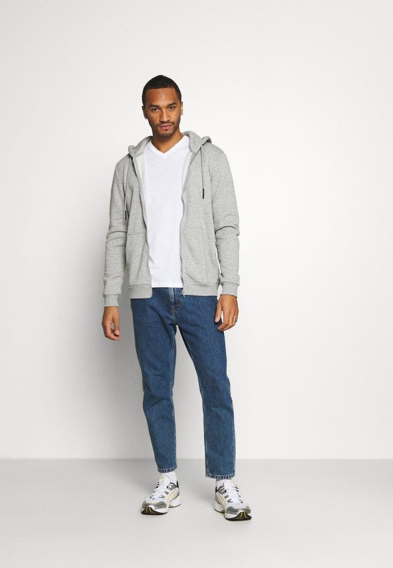 Burton Menswear London - SHORT SLEEVE V NECK 3 PACK - T-shirt basic - black/white/navy
