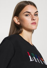 Levi's® - GRAPHIC VARSITY TEE - Print T-shirt - multicolor/black - 3