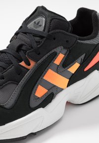 adidas Originals - YUNG-96 CHASM - Sneakers basse - core black/semi coral/solar red - 2