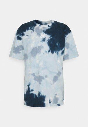 TEE  - Printtipaita - white/armory blue/ashen slate