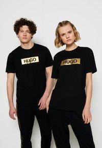 HUGO - DIRAGOLINO METALLIC UNISEX - Printtipaita - black/gold - 0