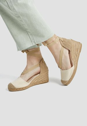 JUTE MIT SCHLEIFE - Sandály na klínu - beige