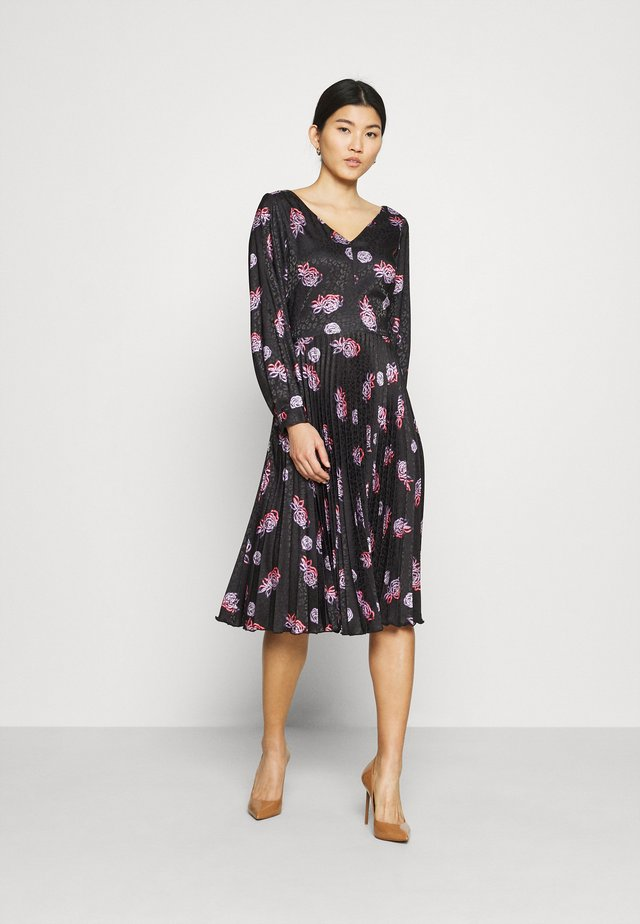 V NECK PLEATED DRESS - Vapaa-ajan mekko - black
