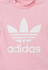 adidas Originals - TREFOIL UNISEX - T-shirt con stampa - pink/white - 4