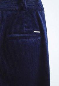 Massimo Dutti - MIT KNÖPFEN  - Trousers - dark blue - 5