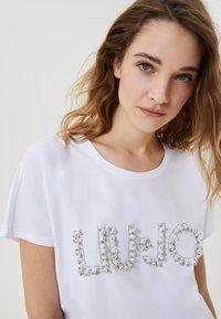 LIU JO - WITH JEWEL LOGO - T-shirt imprimé - white - 3