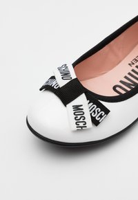 MOSCHINO - Ballet pumps - white - 5