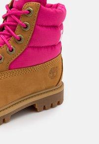 Timberland - PREMIUM - Šněrovací kotníkové boty - wheat/pink - 5