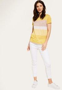 comma casual identity - MIT STREIFENMUSTER - Print T-shirt - yellow - 1