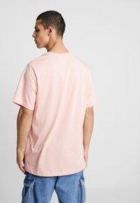 Jordan - CLASSICS  CREW - T-shirt med print - coral stardust/light bone - 2