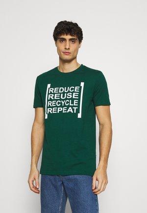 NEWPORT  - Print T-shirt - rain forest
