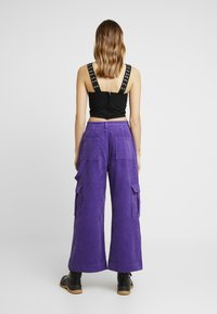 The Ragged Priest - WIDE LEG CROPPED TROUSER WITH COMBAT POCKET & STRAP DETAIL - Bukser - purple - 3
